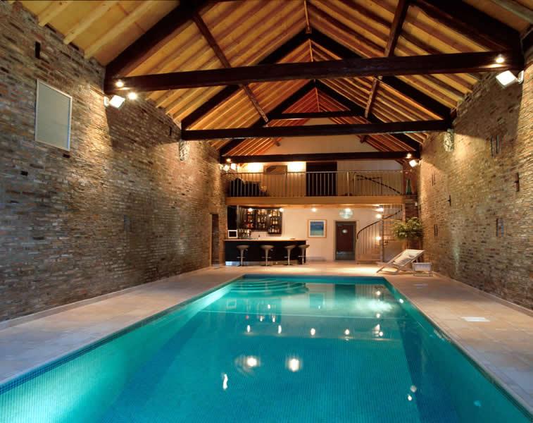 A piscina dentro de casa