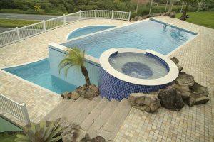 Uma piscina de concreto armado