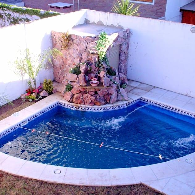 Uma piscina pequena com fonte