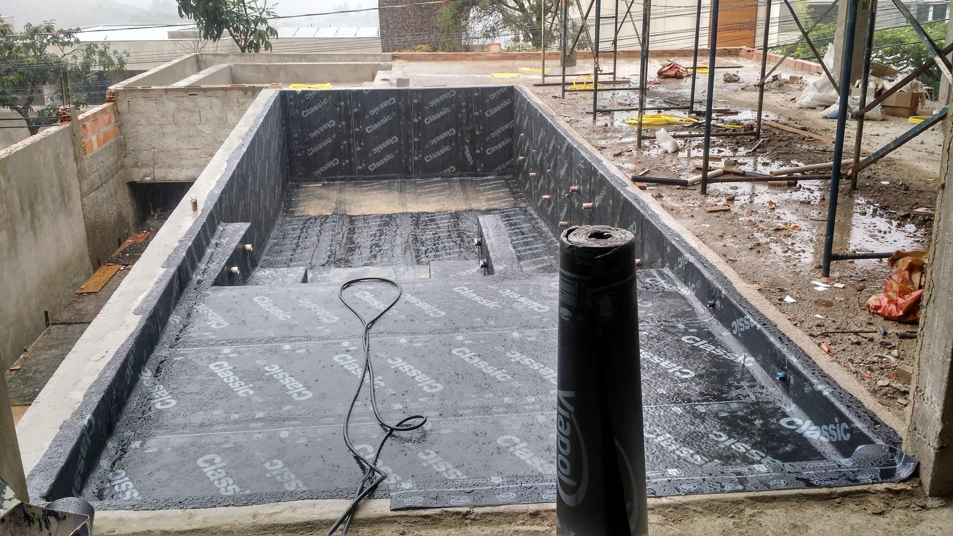 Instalação da piscina de pastilha do Wellington - Condomínio Vila Castela