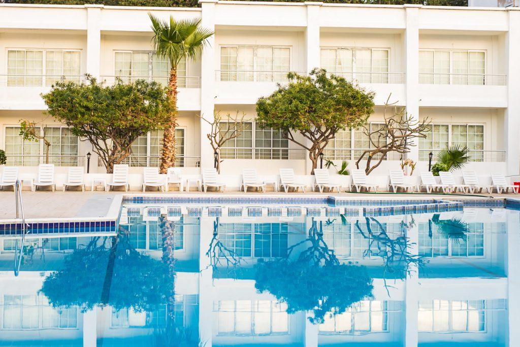 piscina do condominio 1024x684 - Piscinas ideais para um aquecedor a gás - Veja onde ele realmente cai bem!