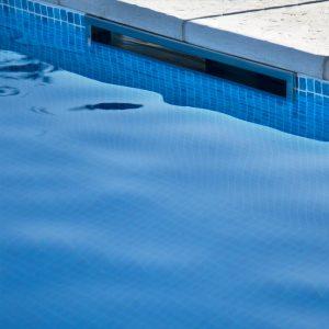 Skimmer instalado na piscina