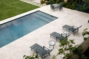 pedra marmore travertino para piscina 300x200 - Pedras para o entorno da piscina