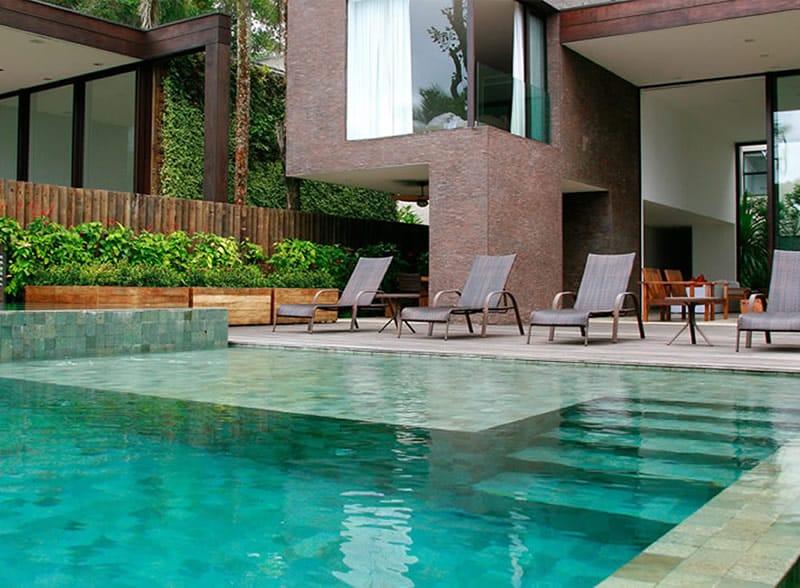 Revestimento de pedra Hijau em piscina