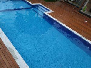 Tablete de cloro na piscina de vinil