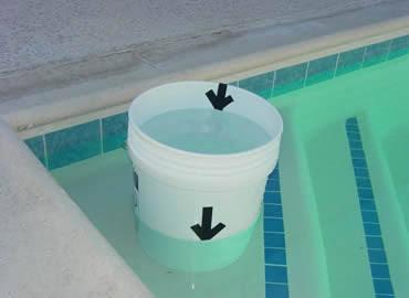 Teste do balde para identificar vazamento na piscina